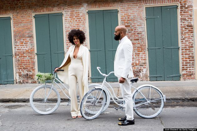 Solange Knowles usou 'macacão de noiva' e chegou de bicicleta ao próprio casamento. E Beyoncé registrou