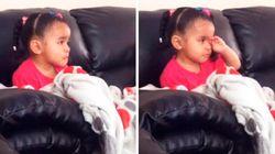 ASSISTA: Garotinha chora e pede o colo ao assistir cena triste de 'O Rei