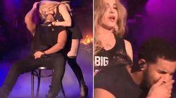 Rapper Drake faz careta com beijo de