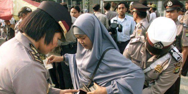 Candidatas a postos na polícia da Indonésia são submetidas a teste de virgindade, afirma