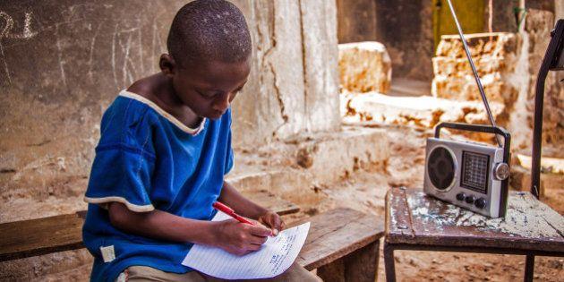 Após oito meses sem aulas por causa do surto de Ebola, estudantes voltam às escolas em Serra