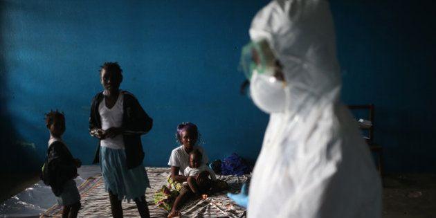 Pelo menos 20 pacientes com Ebola fogem após invasão de homens armados em centro de tratamento da doença...