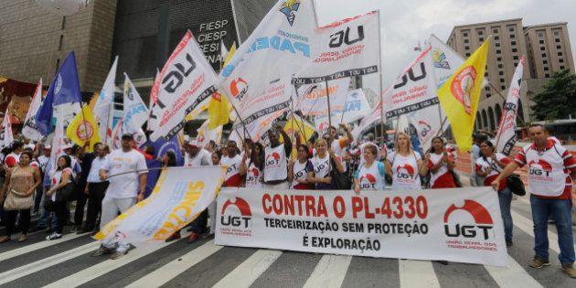 Milhares de manifestantes protestam contra a terceirização em quase todo o