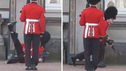 ASSISTA: Guarda real britânico cai, levanta e precisa encarar multidão de