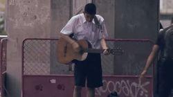 ASSISTA: O motivo que leva este garoto a tocar violão na rua vai emocionar