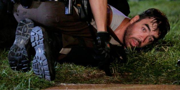 Protestos contra morte de jovem negro atraem americanos de outros estados; 31 são presos e dois ficam