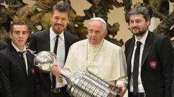 Papa recebe comitiva de seu clube do coração no Vaticano e ergue