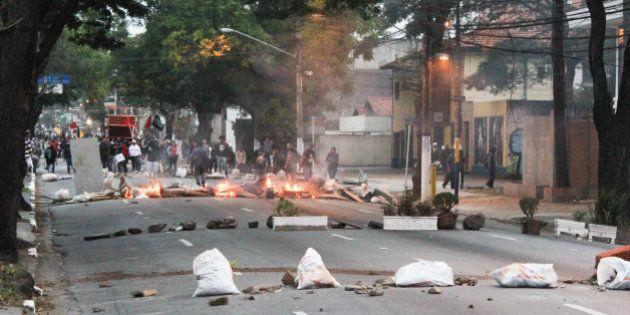 Grevistas da USP fecham portões e policiais militares usam gás lacrimogênio e balas de borracha para...