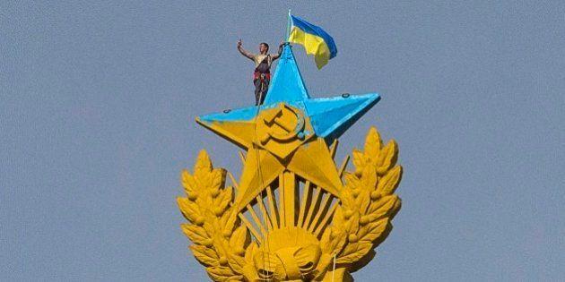 Ativistas escalam edifício de 176 metros em Moscou e hasteiam bandeira da Ucrânia no
