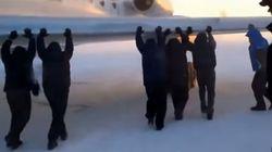 Assista: passageiros empurram avião em aeroporto na