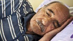 Idosos dormem menos. Agora sabemos por