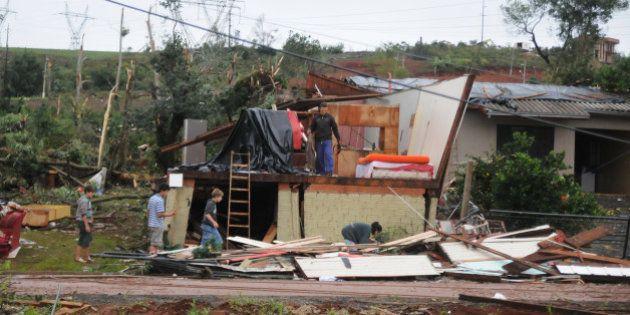 Tornado em SC: Governo mobiliza 100 homens do Exército para ajudar na remoção de escombros e limpeza...