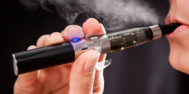 Cigarro eletrônico pode conter até dez vezes mais agentes cancerígenos que cigarro