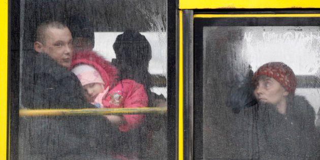 Governo ucraniano e rebeldes enviam comboios para retirar civis de cidade ferroviária