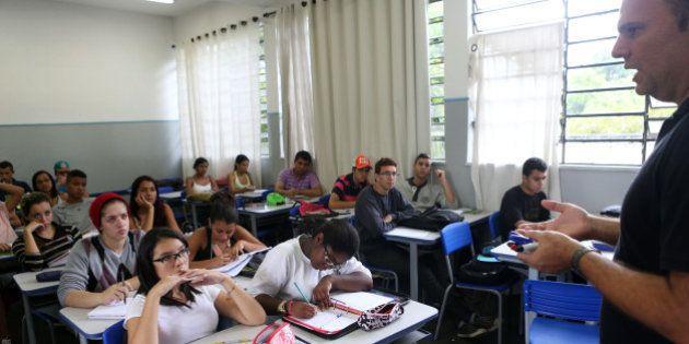 Ensino médio estadual em SP melhora, mas está longe do