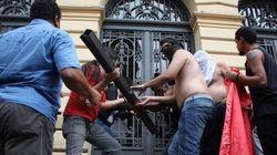 Professores em greve tentam invadir a Secretaria da Educação em