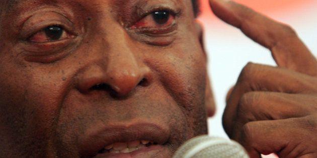 Sem hemodiálise, Pelé deixa UTI e caminha pelo