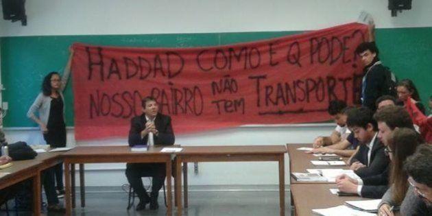 Manifestação por transporte público em Parelheiros interrompe aula de Fernando Haddad na USP