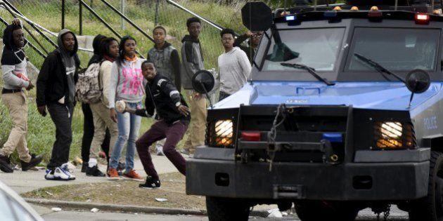 Violência toma Baltimore após funeral de homem negro morto na