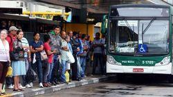 Velho e lotado, é quase sempre assim o ônibus que circula em