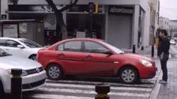 ASSISTA: O carro parou na faixa e ele parou na frente do