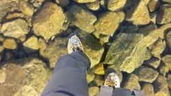 ASSISTA: Homem caminha em lago congelado de água