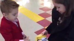 ASSISTA: Menino de 4 anos pede menina em namoro da forma mais galante