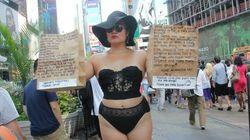 Esta mulher veste lingeries para reivindicar o direito à