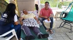 Acorrentado, professor faz greve de fome contra altos salários de