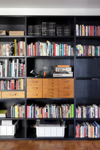 Aprenda como decorar estantes para
