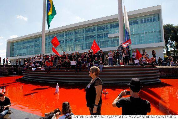 'Menos bala, mais giz': Milhares de manifestantes repudiam violência policial contra professores no