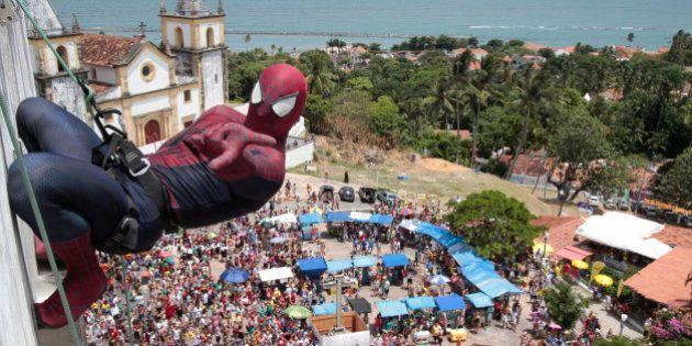 Homem-Aranha instiga multidão nos telhados de