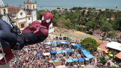 Homem-Aranha arranca gritos de foliões do alto de prédio em