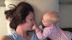 Mãe tenta tirar um cochilo com o bebê. O bebê tem outra