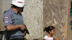 Jovens de favelas são treinados para filmar abusos da