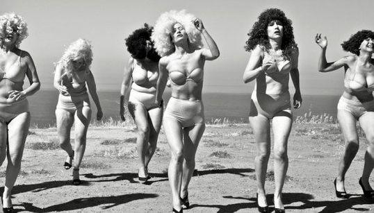 Fotógrafa brinca com os papeis que as mulheres