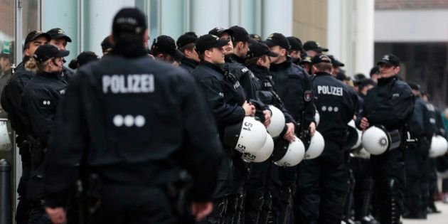 Polícia alemã prende quatro pessoas por planejar ataques contra refugiados e