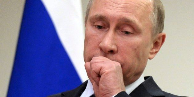 Rússia eleva juros em 6,5% de uma só vez, mas rublo despenca 17% em relação ao dólar. Entenda o que está