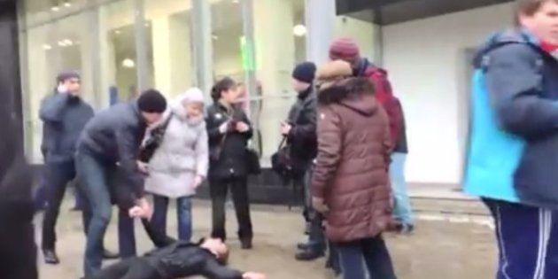 VÍDEO: Gays são agredidos na Rússia; polícia