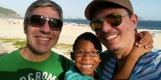 Rejeitado por heterossexuais 'por ser negro demais', menino é adotado por casal