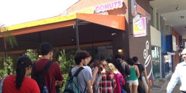 Dunkin' Donuts inaugura loja no DF com promoção de rosquinhas grátis e clientes já fazem fila 24 horas