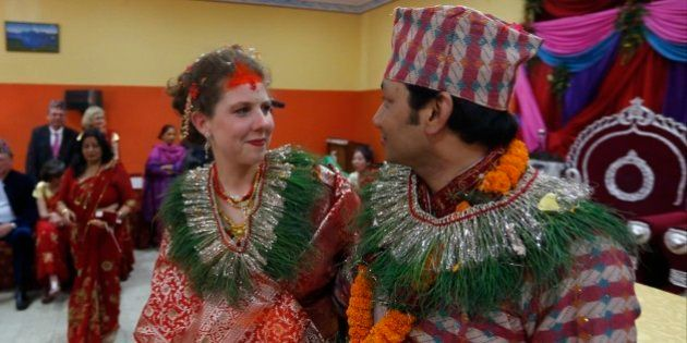 Poucos dias após terremoto, casal se une em cerimônia emocionante no Nepal ❤