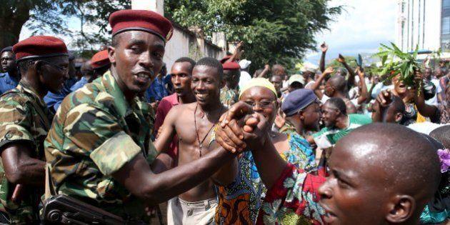 General do Burundi anuncia deposição do presidente; multidão celebra na