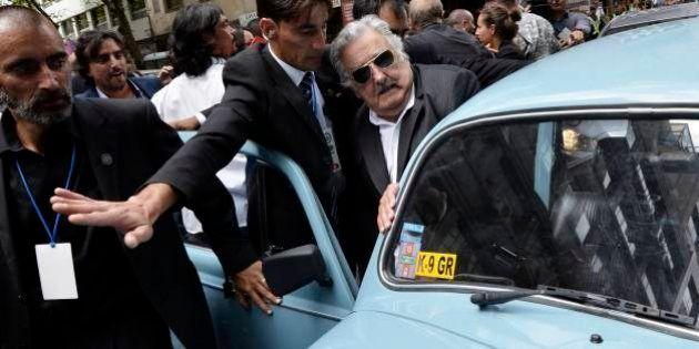 Mujica deixa a presidência do Uruguai e volta para casa em seu velho
