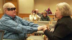 EMOCIONANTE: Homem cego vê esposa pela primeira