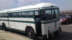 Este ônibus leva pessoas para fazer o bem, sem olhar a