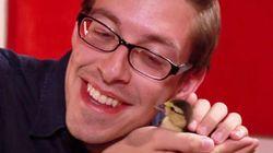 ASSISTA: Homens seguram bebê patinho pela primeira