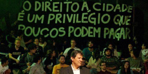 Fernando Haddad é chamado de 'burguês' e é cobrado por moradores da Favela do Moinho