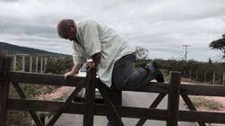 Este homem pulando a cerca é um DEPUTADO que adora causar no