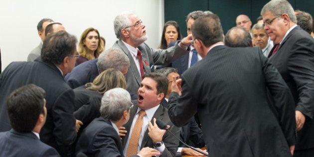Criação de sub-relatorias causa tumulto e bate-boca entre deputados na CPI da Petrobras